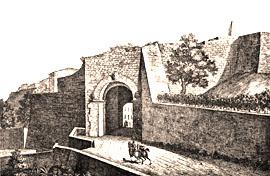 """particolare della cinta muraria con la """"Porta all'Arco"""", porta etrusca con arco a tutto sesto, ornato da tre teste in tufo"""