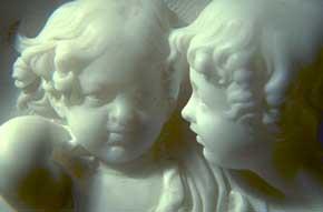 Particolare di scultura in alabastro raffiguranti visi di due bambini