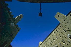 Vista dal basso di  Piazza dei Priori