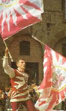 Sbandieratore con due bandiere