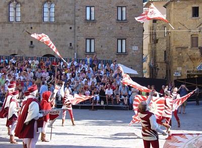 Gruppo di Sbandieratori durante il lancio di bandiere