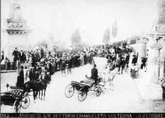Foto storica: arrivo di Vittorio Emanuele III a Volterra (6 ott. 1903) sul viale dei Ponti.