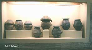 Foto di vasi etruschi: cinerarie villanoviane