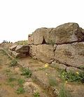 il sito archeologico dell'acropoli etrusca - particolare di resti in muratura della fondazione di un tempio