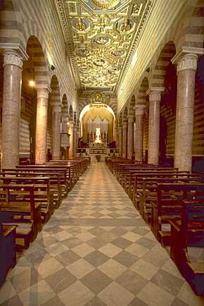 Foto dell'interno del duomo di Volterra