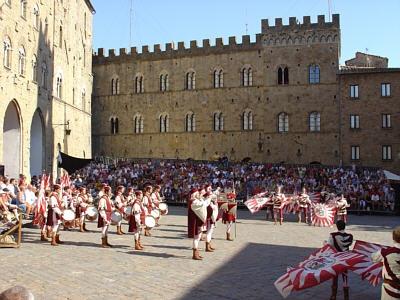 Gruppo storico Sbandieratori in piazza dei Priori