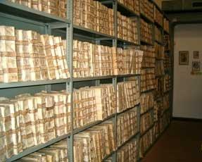 Foto di scaffale contenente i fascicoli dell'archivio