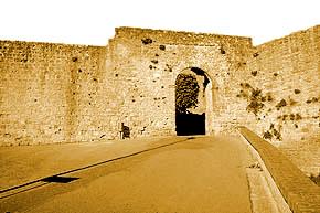Foto di Porta Marcoli con cinta muraria medievale volterrana