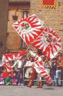 Sbandieratore con quattro bandiere